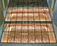 Böcker bak exponeringsglas i arkivet i Riga Fotografering för Bildbyråer