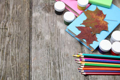 Böcker, blyertspennor och lönnlöv Arkivbild