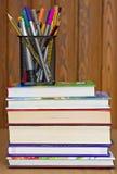 Böcker, blyertspennor och pennor Royaltyfria Bilder