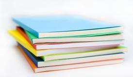 böcker färgad bunt Arkivbilder