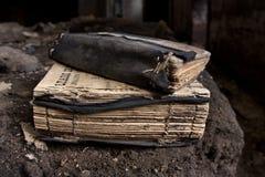 böcker förbunde den slitage gammala bönen Royaltyfri Foto