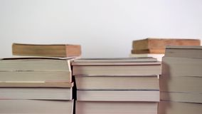 Böcker försvinner från bokhyllor lager videofilmer
