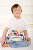 böcker floor lycklig ungeskolasitting Royaltyfri Fotografi