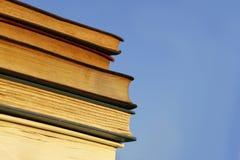 Böcker framme av blå himmel Arkivbilder