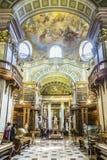 böcker i det härliga österrikiska nationella arkivet i Wien Arkivbild