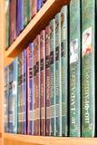 Böcker i ryss på en bokhyllanärbild michigan för amerikansk auto konvertibel detroit redaktörs- internationell jaguar för 2009 so Royaltyfri Fotografi