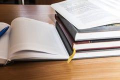 böcker inramninde fototabellen vertikalt Arkivfoton