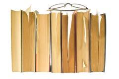 böcker isolerad rad Arkivfoton