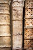 böcker isolerad rad Arkivbilder