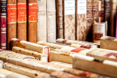 böcker isolerad rad Royaltyfria Foton