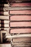 böcker isolerad rad Arkivbild