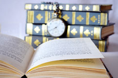 Böcker med den gamla klockan Arkivbild