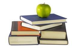 Böcker med ett äpple Fotografering för Bildbyråer