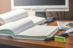 Böcker och anteckningsböcker på tabellen arkivbilder