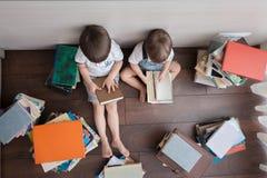 Böcker och barn ovanför sikt royaltyfri bild