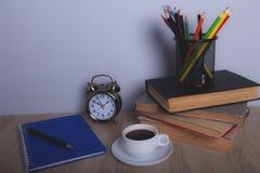 Böcker och blyertspennor fotografering för bildbyråer