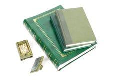 Böcker och casket arkivfoto