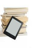 Böcker och e-avläsare Royaltyfri Foto