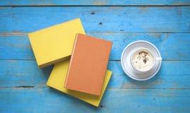 Böcker och en kopp av cappuccino, Royaltyfria Foton
