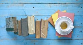 Böcker och en kopp kaffe royaltyfri bild