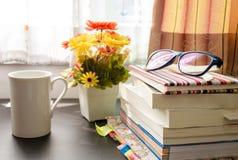 Böcker och exponeringsglasen, near fönster. Royaltyfri Fotografi