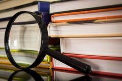 Böcker och förstoringsapparat Arkivbilder