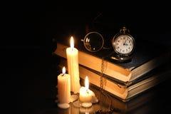 Böcker och stearinljus arkivfoton
