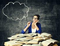 Böcker och tänkande kvinna, studentGirl Reading Studying bok, bubbla på svart tavla royaltyfria bilder