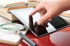 Böcker och tabletPC Royaltyfri Foto
