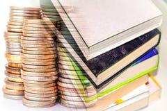 Böcker och utskrivavna publikationer på bakgrunden av pengar royaltyfri bild
