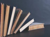 Böcker på den svarta tabellen fotografering för bildbyråer
