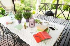 Böcker på den trädgårds- terrassen - avkoppling och läsning royaltyfri fotografi