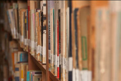 Böcker på en hylla i arkiv Royaltyfria Bilder