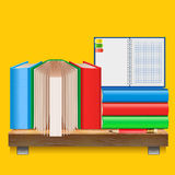 Böcker på en trähylla Arkivfoto
