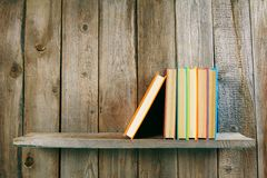 Böcker på en trähylla Royaltyfria Bilder