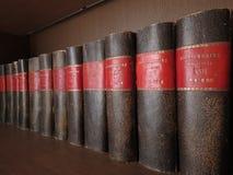 Böcker på hylla arkivbilder