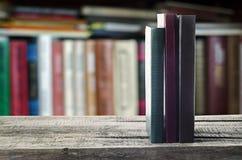 Böcker på hyllan arkivbild