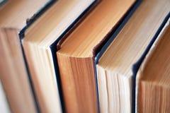 Böcker på hyllan Arkivfoton