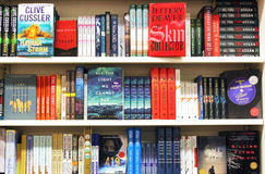 Böcker på hyllor i bokhandel Arkivbild