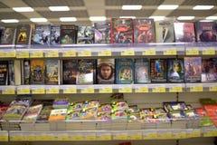 Böcker på supermarkethyllorna Arkivbild