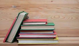 Böcker på trähyllanärbild Inga etiketter, mellanrum Arkivbilder