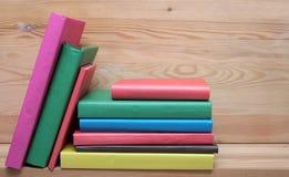 Böcker på trähyllanärbild Inga etiketter, mellanrum Royaltyfria Bilder