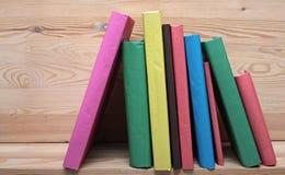 Böcker på trähyllanärbild Inga etiketter, mellanrum Arkivfoton