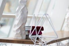 Böcker på trätabellen i det härliga kafét Arkivbilder