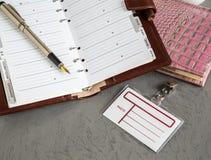 Böcker pennor, emblem fotografering för bildbyråer