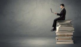 böcker pile den sittande deltagaren royaltyfri bild
