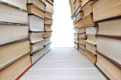 Böcker som bildar en korridor arkivbilder