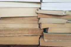 böcker som isoleras över buntwhite royaltyfri bild