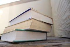 böcker som isoleras över buntwhite Royaltyfria Foton