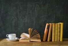 Böcker som lär, vetenskap, utbildning Fotografering för Bildbyråer